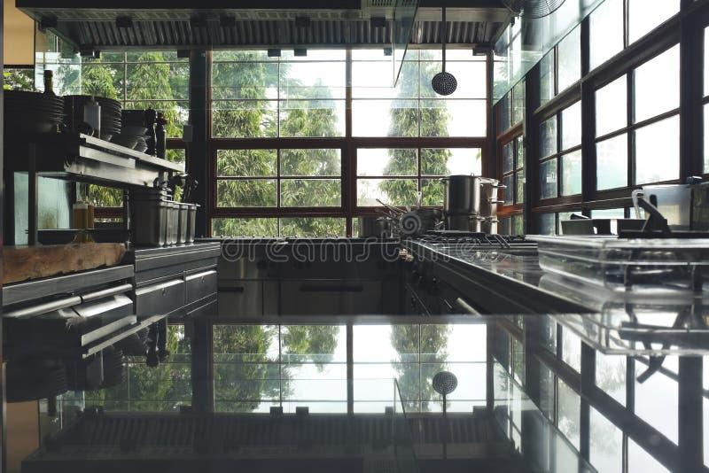 Empañe la cocina típica de un restaurante, ninguna persona, tierra trasera de la cocina fotos de archivo libres de regalías