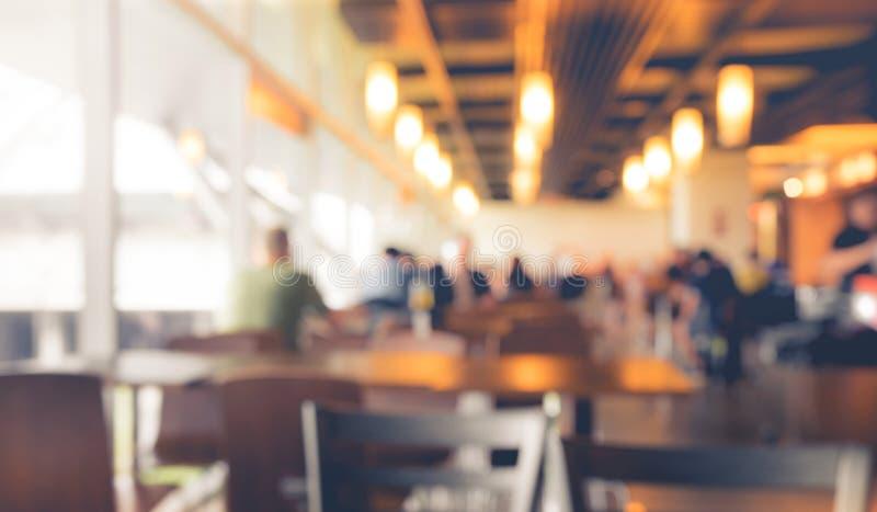 Empañe a la gente en el café, restaurante con el fondo ligero del bokeh fotos de archivo libres de regalías