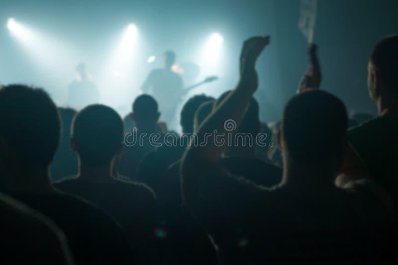 Empañe a la muchedumbre defocused del concierto de la música como fondo abstracto imagenes de archivo