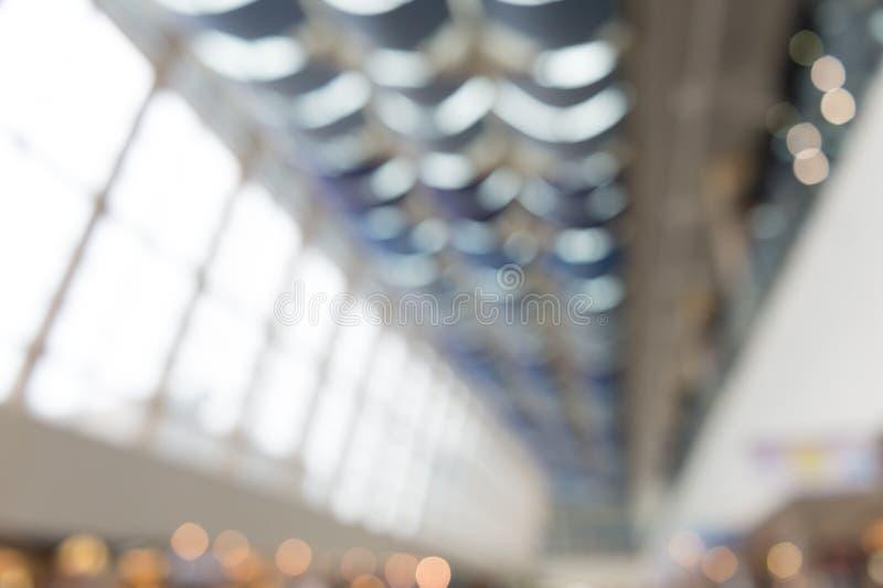 Empañe la opinión interior del fondo que mira hacia fuera hacia pasillo vacío de la oficina fotos de archivo libres de regalías
