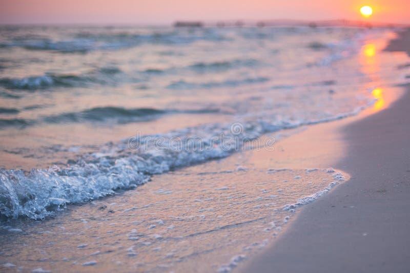 Empañe la playa del mar con el fondo del extracto de la onda ligera del sol del bokeh fotos de archivo