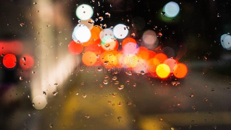 Empañe las gotas de lluvia del semáforo de ciudad en alto ángulo de la ventana imagen de archivo libre de regalías