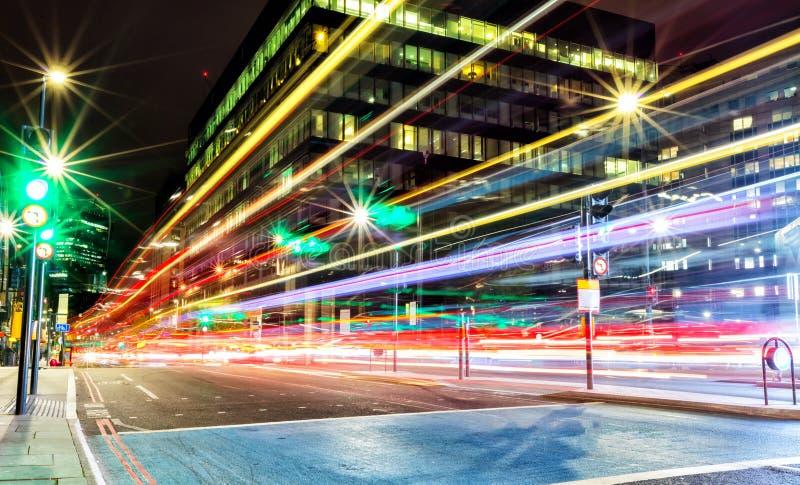 Empañe los semáforos en ciudad moderna, exposición larga foto de archivo