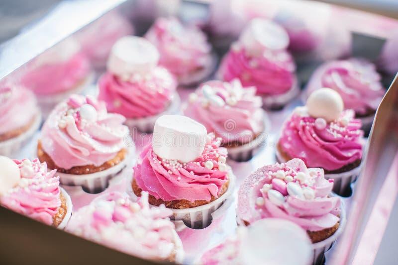 Empacotamento do queque, caixa da entrega, queques da baunilha com creme do rosa e o branco imagens de stock