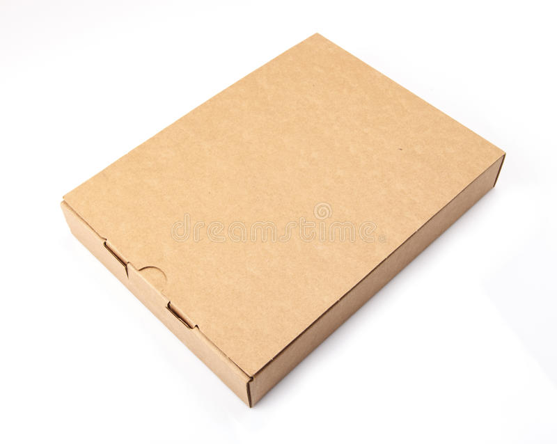 Empacote a caixa de cartão marrom isolada no fundo branco imagens de stock