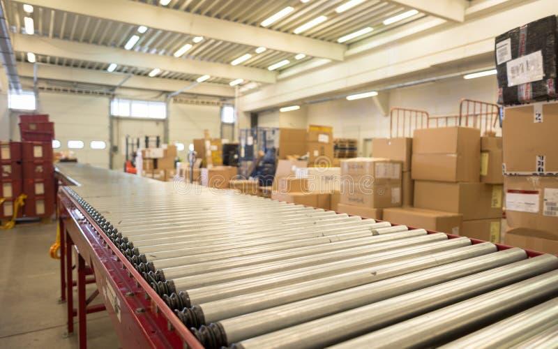 Empacote a correia transportadora para pacotes de distribuição em DHL storehous foto de stock royalty free