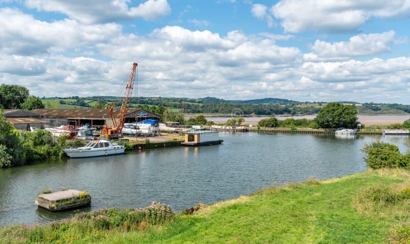 Empalme del canal de Agudeza-Gloucester y de los muelles de la agudeza Río Severn en el fondo imagenes de archivo