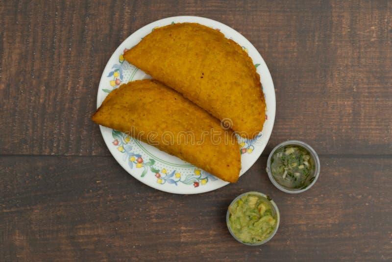 Empanada που τηγανίζεται με την πικάντικη σάλτσα, τρόφιμα κολομβιανά, λατινοαμερικάνικα στοκ φωτογραφία