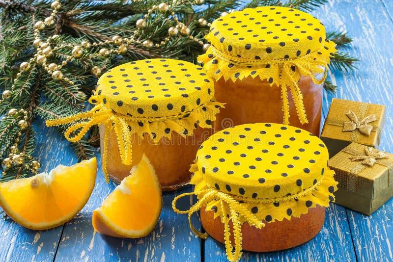 Empanada anaranjada en el tarro, regalo de Navidad foto de archivo libre de regalías