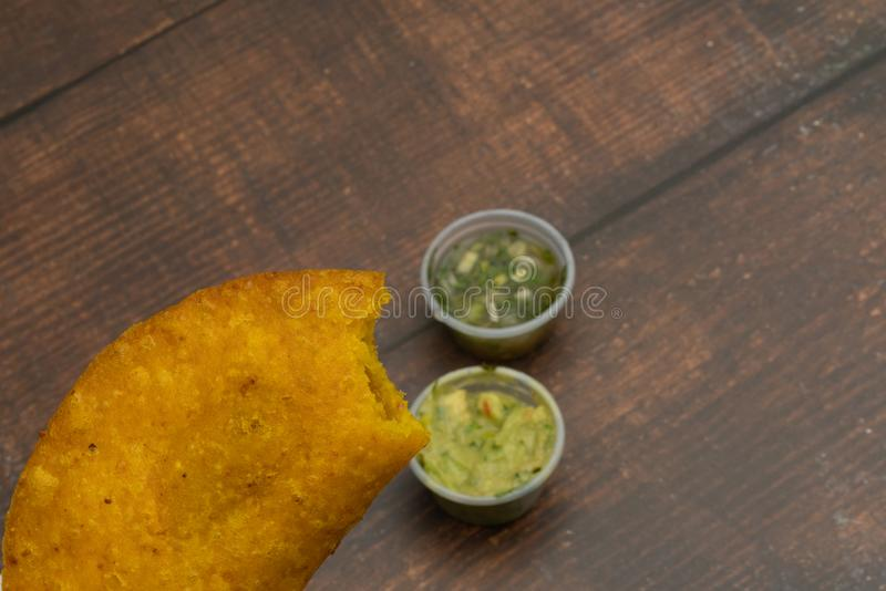 Empanada briet mit der würzigen Soße, die Nahrung, die kolumbianisch ist, lateinamerikanisch stockfotografie