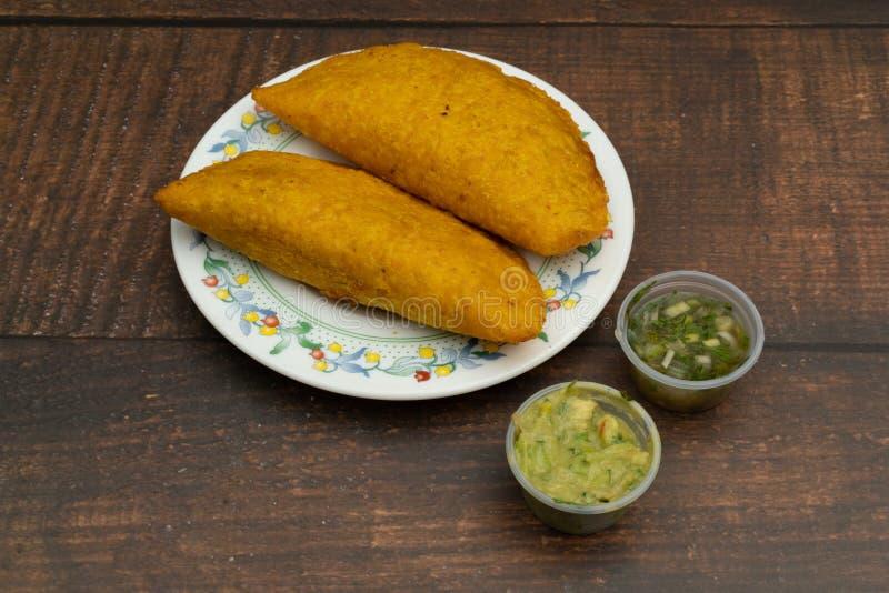 Empanada briet mit der würzigen Soße, die Nahrung, die kolumbianisch ist, lateinamerikanisch stockbild