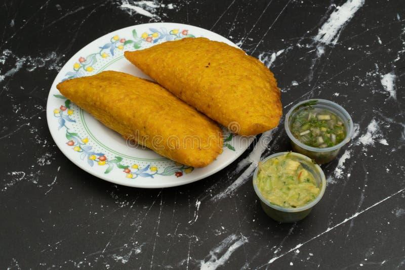Empanada briet mit der würzigen Soße, die Nahrung, die kolumbianisch ist, lateinamerikanisch lizenzfreie stockfotos