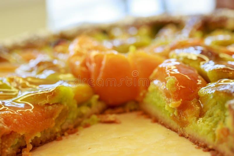 Empanada con el albaricoque y la manzana Postre francés tradicional con las frutas fotos de archivo