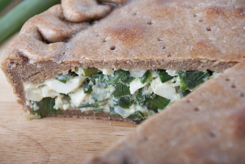 Empanada con las cebollas verdes imagenes de archivo