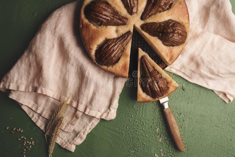 Empanada cortada de la pera en una toalla de cocina, directamente sobre la visión fotos de archivo libres de regalías