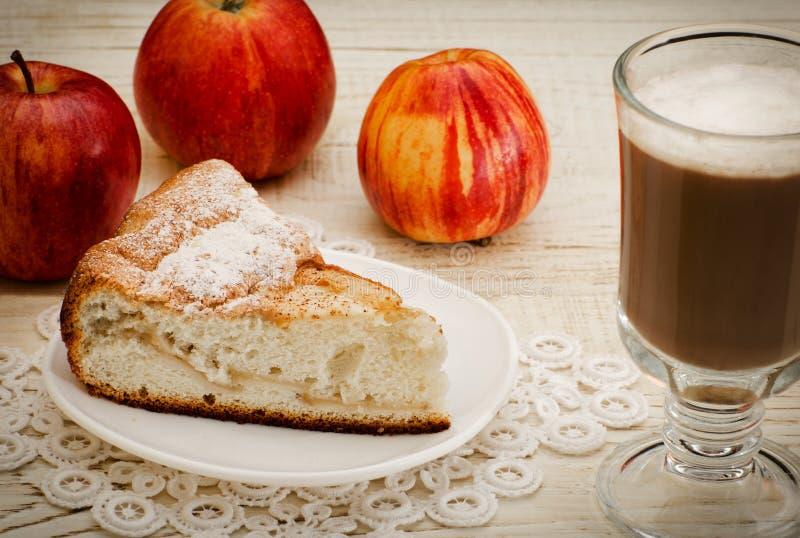 Empanada de Apple, capuchino y manzanas maduras, primer fotos de archivo libres de regalías