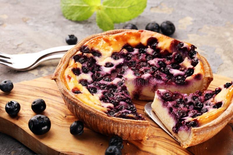 Empanada de arándano o pastel de queso hecho en casa con los arándanos Delicous imagenes de archivo
