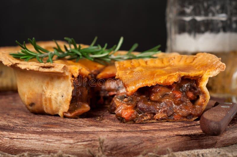 Empanada de carne australiana hecha en casa en la tabla de madera imágenes de archivo libres de regalías