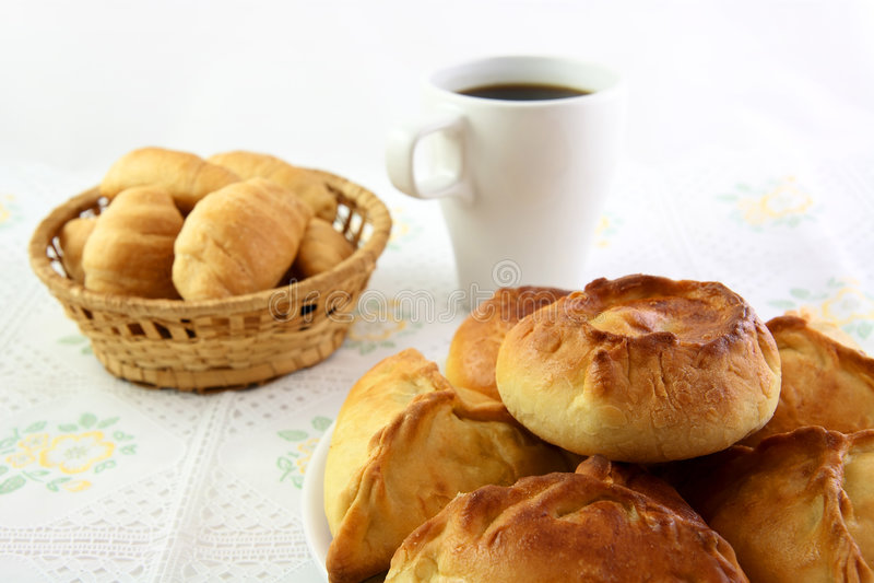 Empanada de carne, croissant y taza de café fotografía de archivo libre de regalías