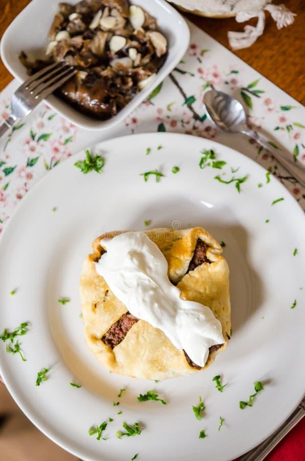 Empanada de carne de la carne de vaca con la ensalada del hongo de miel foto de archivo libre de regalías