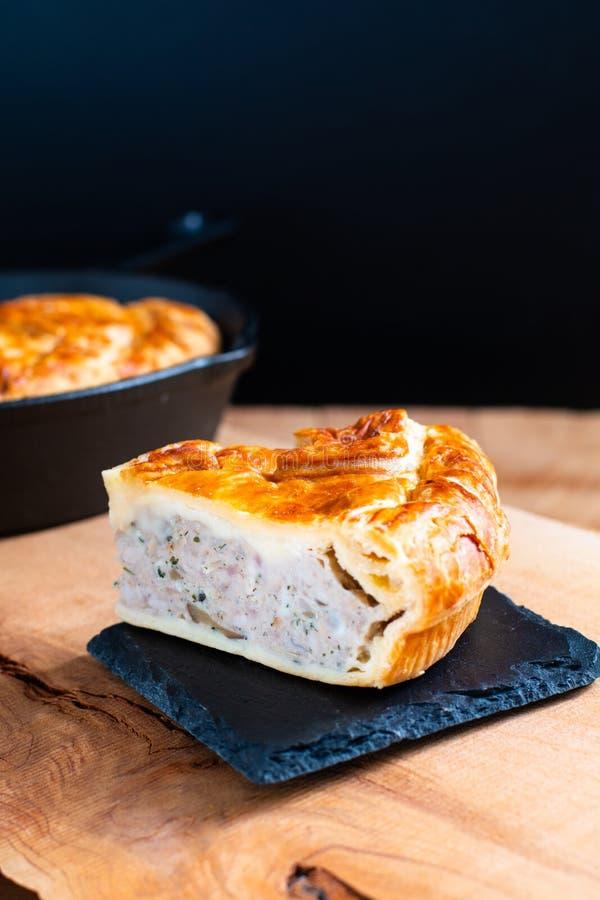 Empanada de cerdo hecha en casa del concepto de la comida o empanada de carne en la placa de piedra y el Ca imagenes de archivo