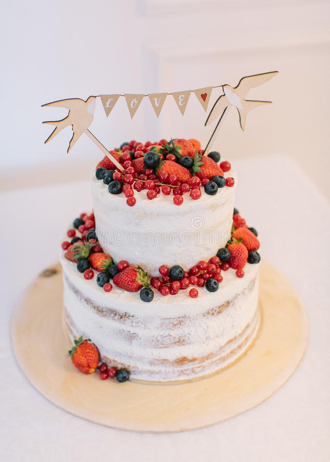 Empanada 8 de la boda Torta con las bayas frescas Torta con la crema blanca fotografía de archivo