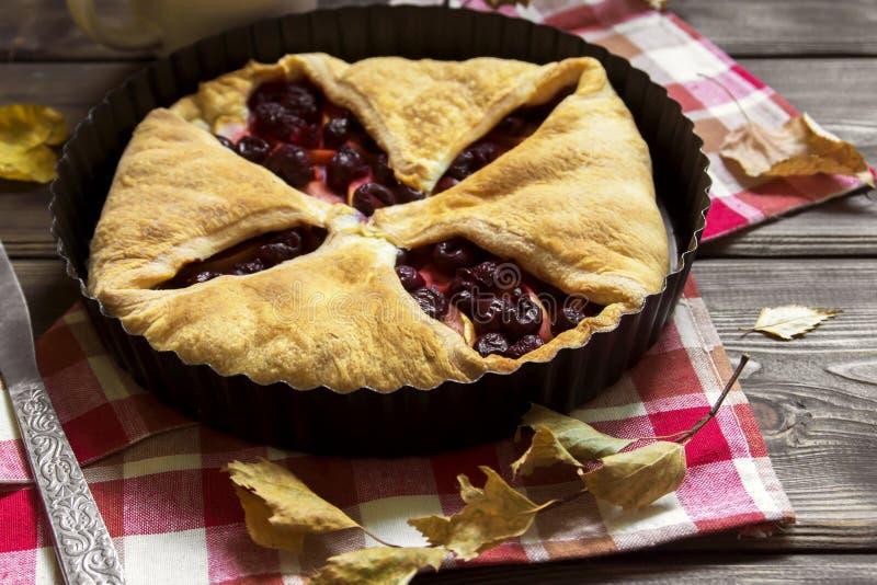 Empanada de la cereza y de manzana foto de archivo libre de regalías