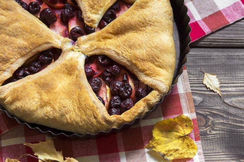 Empanada de la cereza y de manzana fotografía de archivo