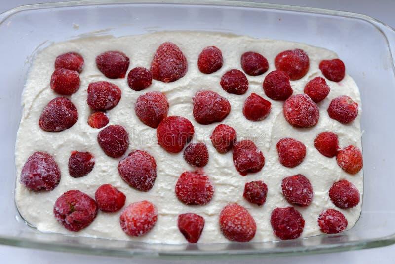 Empanada de la fresa antes de cocer Torta abierta con las fresas antes de cocer Localizado en una forma de cerámica en un fondo a imágenes de archivo libres de regalías