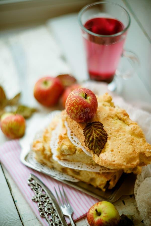Empanada de manzana americana clásica deliciosa cocida fresca Visión superior, estilo rústico, espacio de la copia imágenes de archivo libres de regalías