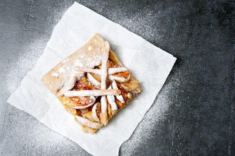 Empanada de manzana cortada en el papel, hornada de la fruta fotografía de archivo libre de regalías