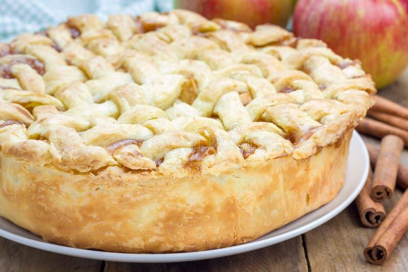 Empanada de manzana hecha en casa con el modelo del enrejado fotografía de archivo