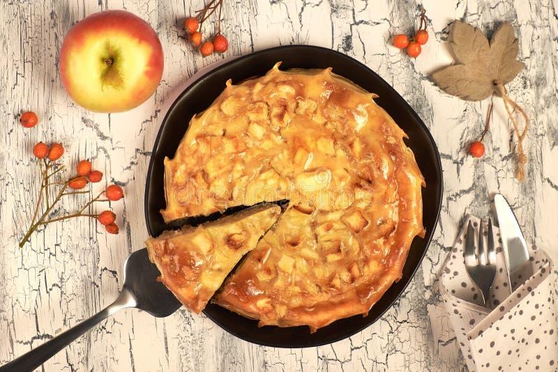 Empanada de manzana hecha en casa con las manzanas, las bayas y la servilleta de lino imagenes de archivo