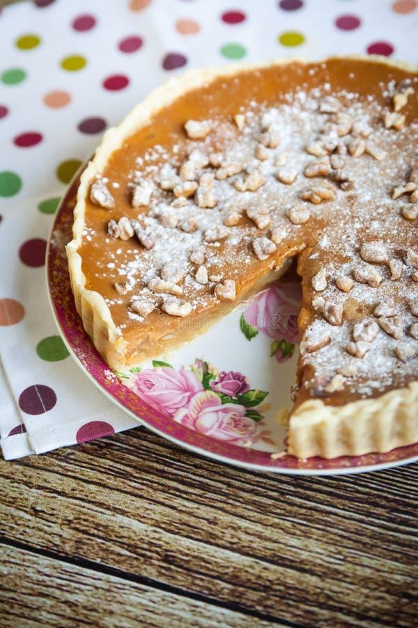 Empanada de manzana hecha en casa con las nueces y dulce de leche foto de archivo
