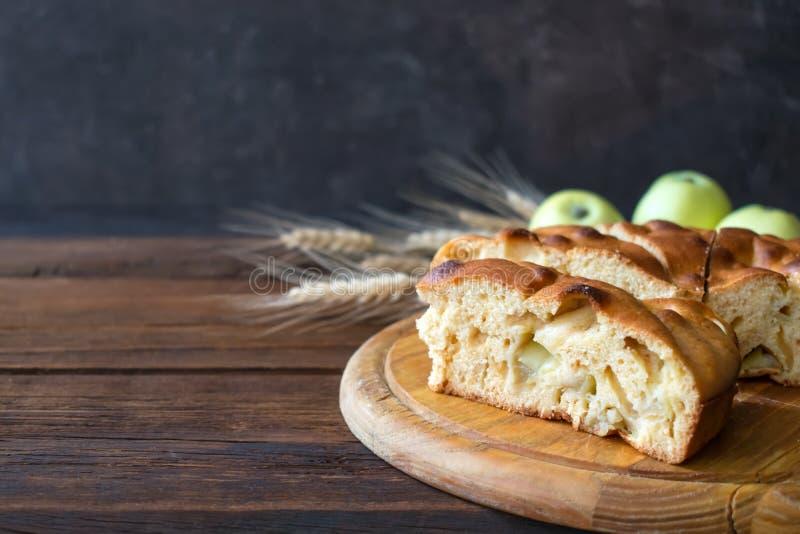 Empanada de manzana hecha en casa redonda, zapatero, Betty marrón, Apple Charlotte imágenes de archivo libres de regalías