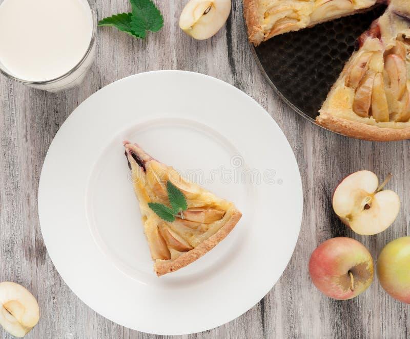 Empanada de manzana tradicional con la menta foto de archivo