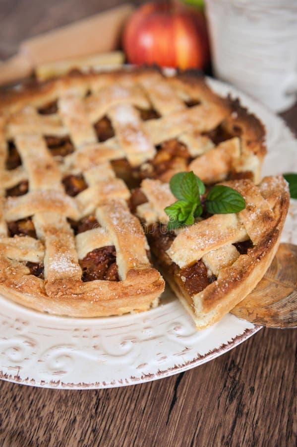 Empanada de manzana tradicional de la pasta de hojaldre imagen de archivo libre de regalías