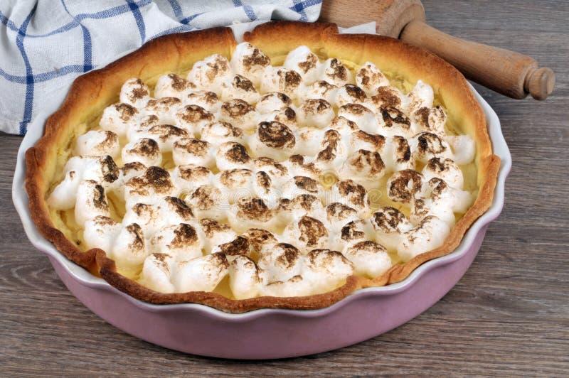 Empanada de merengue de lim?n hecha en casa fotografía de archivo