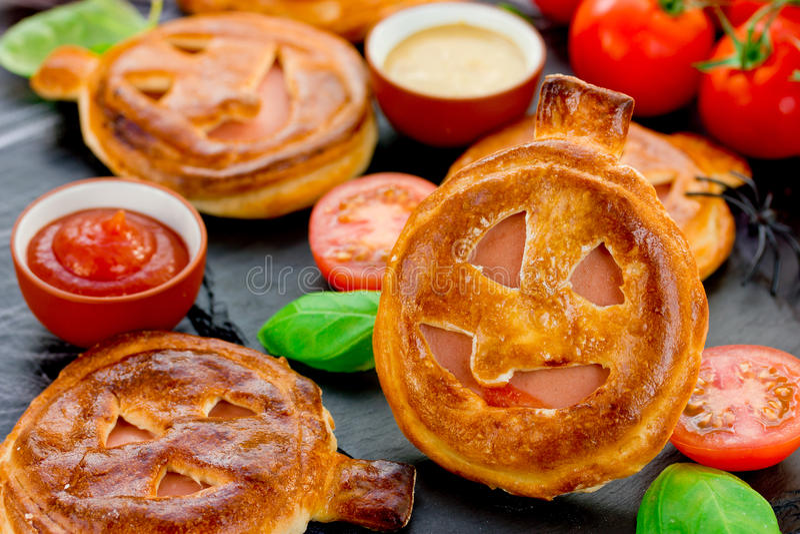 Empanada del bocado de la calabaza de la receta de Halloween con los tomates del jamón y de cereza imagen de archivo libre de regalías