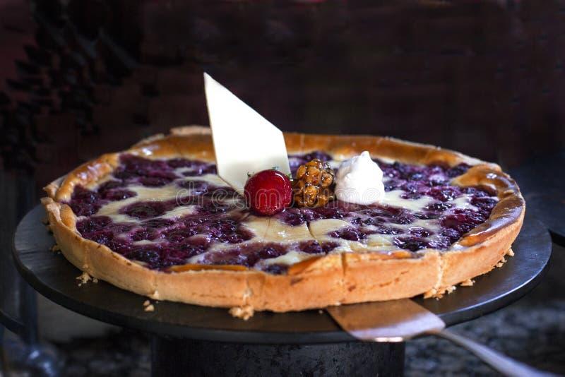 Empanada del pastel de queso con las frambuesas, adornadas con strawberri fresco imagen de archivo