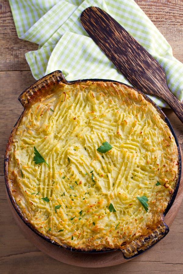 Empanada del pastor - plato popular en Irlanda Fortalezca la cazuela de la carne, del puré de patata, del queso, de la zanahoria, imagen de archivo