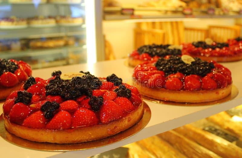 Empanada dulce con las fresas y las zarzamoras fotos de archivo libres de regalías