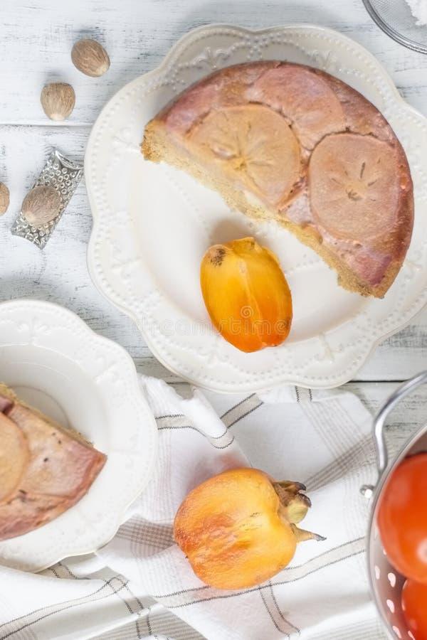 Empanada dulce hecha en casa con el caqui Dulces del este Cociendo para el fondo blanco del desayuno, el espacio libre para el te fotos de archivo libres de regalías