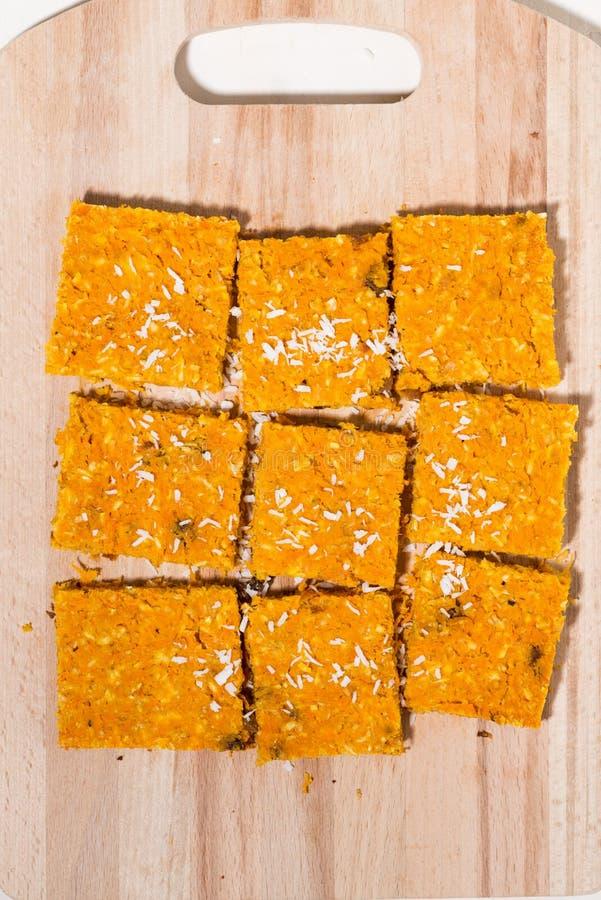 Empanada en un tablero de madera, visión superior vertical de la zanahoria foto de archivo libre de regalías