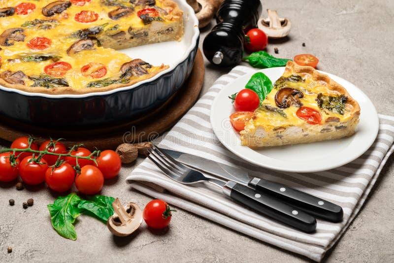 Empanada hecha en casa cocida de la quiche en forma y rebanada que cuecen de cerámica foto de archivo libre de regalías