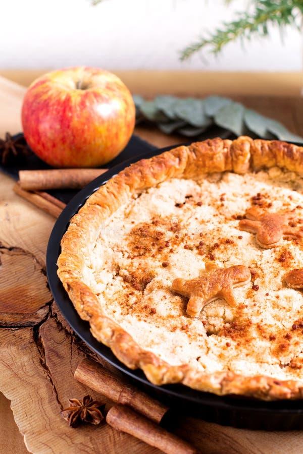 Empanada hecha en casa cocida fresca de la migaja de Apple del concepto de la comida en cacerola en el wo fotografía de archivo
