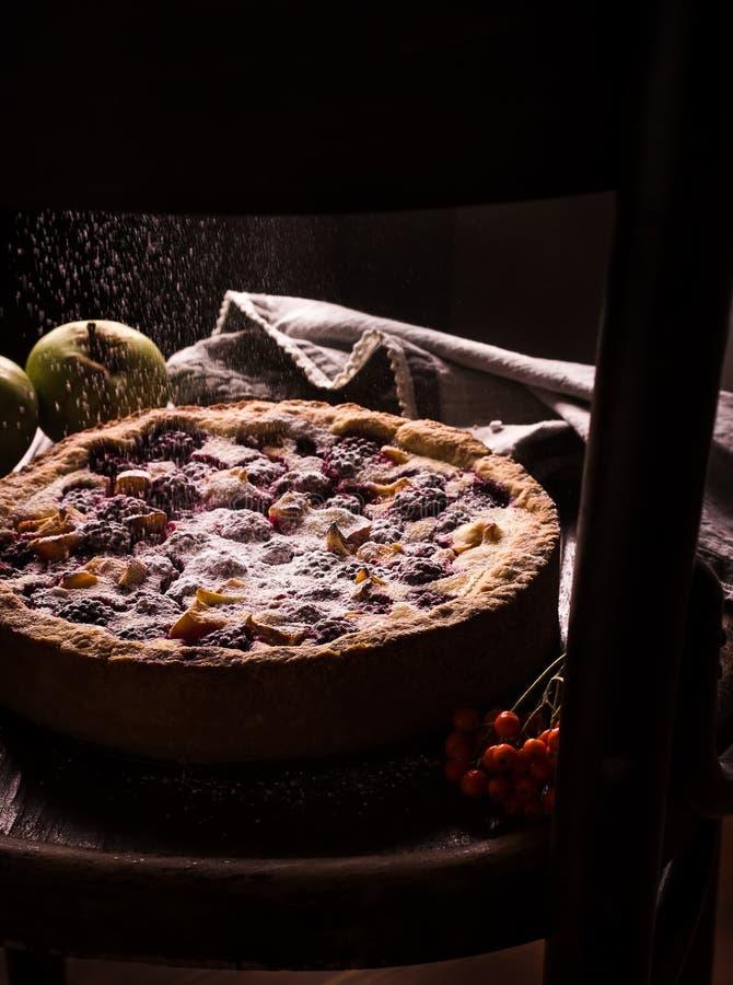 Empanada hecha en casa con las manzanas y la zarzamora en fondo oscuro fotos de archivo libres de regalías