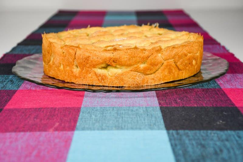 Empanada hecha en casa crujiente y dulce apoyada de la cereza en una placa de cristal fotografía de archivo libre de regalías