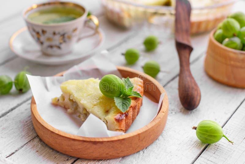 Empanada hecha en casa de la grosella espinosa imagenes de archivo