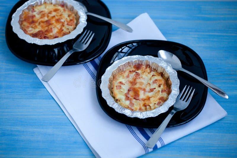 Empanada hecha en casa de la quiche con el ser de la coliflor, de los huevos, del tocino y del queso fotos de archivo
